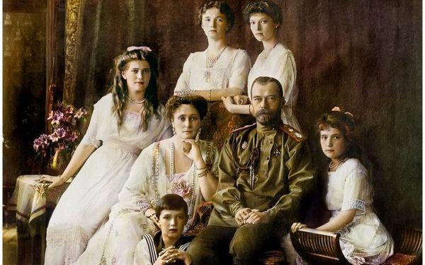 Николай II с семьей.